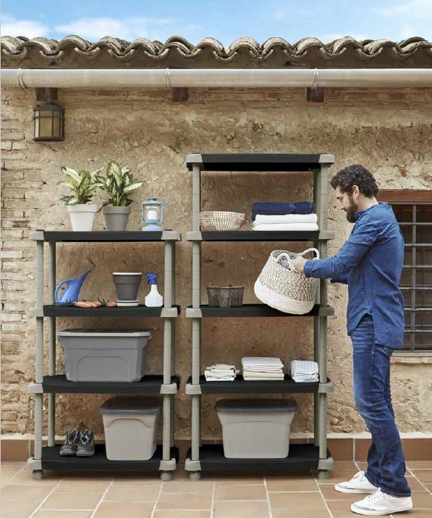 Utiliza estanterías de exterior para decorar tu terraza